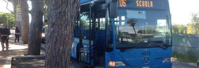 Roma si apre la porta dell 39 autobus 15enne cade e viene - Autobus prima porta ...