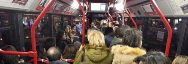 Roma turisti armati sequestrano autobus atac con i for Interno autobus