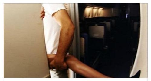 Passeggeri fanno sesso nel bagno dellaereo: lincredibile reazione