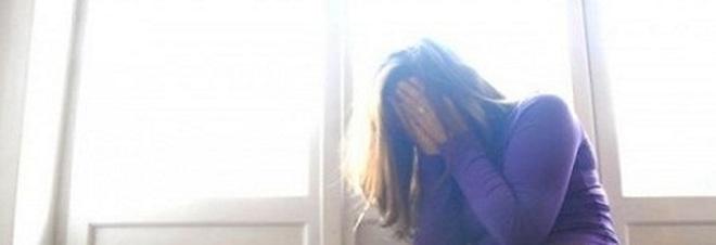 Blocca la figlia 15enne a letto le sfila le mutandine e - Fare sesso nel letto ...