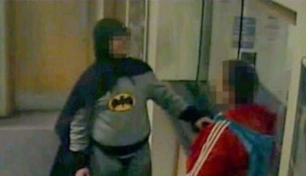 BATMAN ARRESTA UN CRIMINALE E LO PORTA DALLA POLIZIA - VIDEO - 05/03/2013