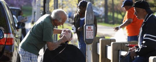 Taglia i capelli ai senzatetto